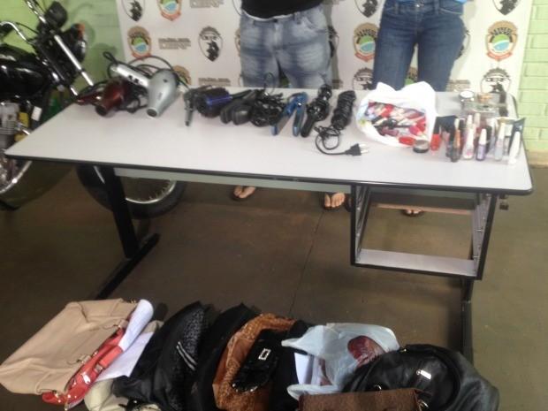 Com o casal polícia apreendeu diversos objetos roubados (Foto: Nadyenka Castro/G1 MS)