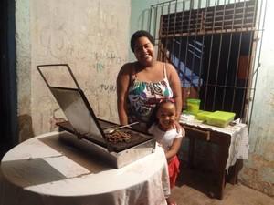 Fernanda Santos vende churrasquinho do outro lado da rua Nova, enquanto aguarda a exibição do vídeo. (Foto: Luana Laboissiere/G1)