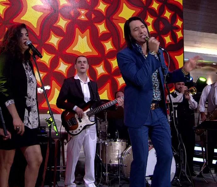 Cantor solta a voz no programa (Foto: TV Globo)