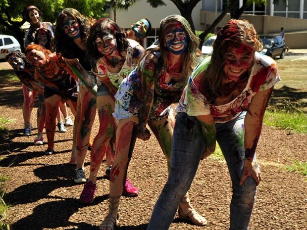 Novos estudantes da Unicamp participam de brincadeira no campus em Campinas  (Foto: Lucas Jerônimo/G1Campinas)