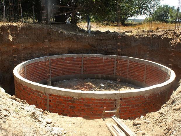 Nas terras da famíllia de Edigle, um poço maior, com 6 metros de diâmetro, está sendo escavado para aumentar a oferta d'água (Foto: Anderson Barbosa/G1)