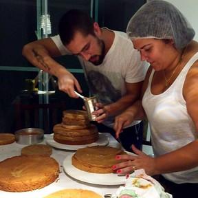Rafael Cardoso faz bolo de aniversário para Hugo Gloss (Foto: Instagram/ Reprodução)