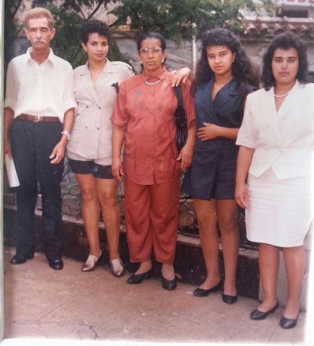 Antonia Faleiros (de preto) em família, ao lado do pai, da mãe e de duas irmãs, durante a formatura em direito, em 1992 (Foto: Arquivo pessoal)