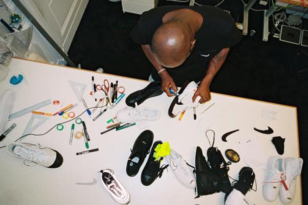 Virgil Abloh, da Off-White, planejando coleção para a Nike (Foto: Divulgação)