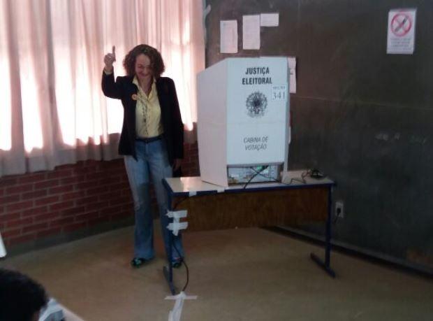 Luciana Genro vota em Porto Alegre (Foto: Glaucius Oliveira/RBS TV)