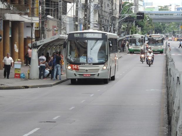 Movimento de ônibus na Avenida Conde da Boa Vista estava próximo do normal (Foto: Katherine Coutinho/G1)
