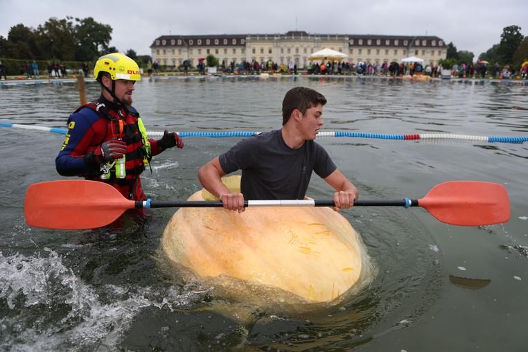 Embarcações eram feitas em abóboras que pesavam 200 quilos ou mais. (Foto: Silas Stein/DPA/AFP )