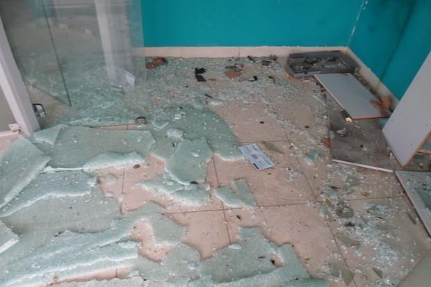 Criminosos encapuzados explodem caixa eletrônico em Goiás, diz polícia (Foto: Divulgação/Sicoob)
