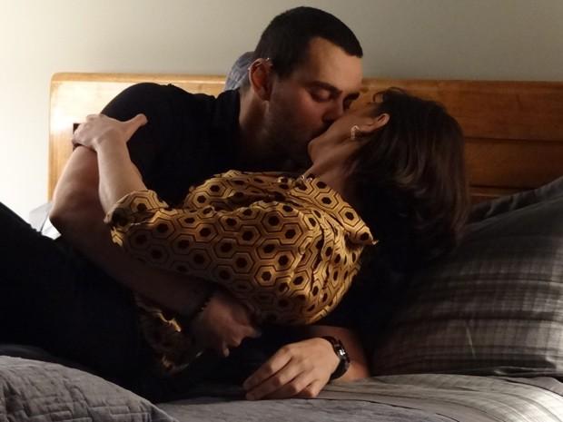 Fernando premia Regina com um beijão por ela não contar a ninguém sobre sua ida ao consultório de Beatriz (Foto: Amor Eterno Amor/TV Globo)