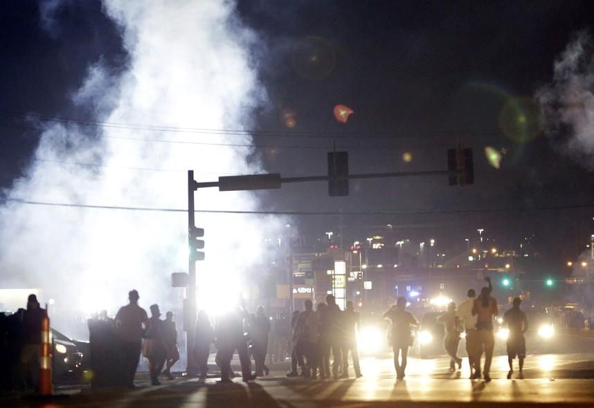 Muita fumaça pelas ruas de Ferguson durante mais uma noite de protestos