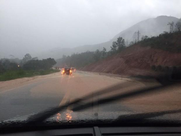 Rio transbordou em Fundão e interrompeu passagem de carros na BR-101 (Foto: Diego Bonadiam/ Foto leitor A Gazeta)
