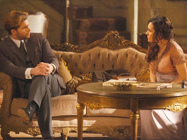 Catarina fala mal de Laura e Edgar não gosta (Foto: Lado a Lado / TV Globo)