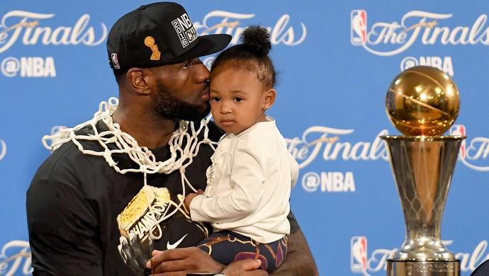 LeBron James e filhos coletiva de imprensa final NBA (Foto: Getty Images)