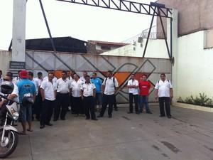 Funcionários da Intersul não saíram da garagem nesta segunda-feira (24) (Foto: Renan Fiuza / TV Tribuna)
