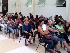 Usuários esperam por atendimento em unidade de saúde de Curitiba (Foto: Bibiana Dionísio/ G1 PR)