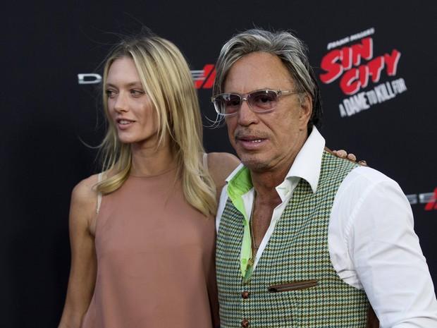 Mickey Rourke e a modelo Anastassija Makarenko em première de filme em Los Angeles, nos Estados Unidos (Foto: Mario Anzuoni/ Reuters)