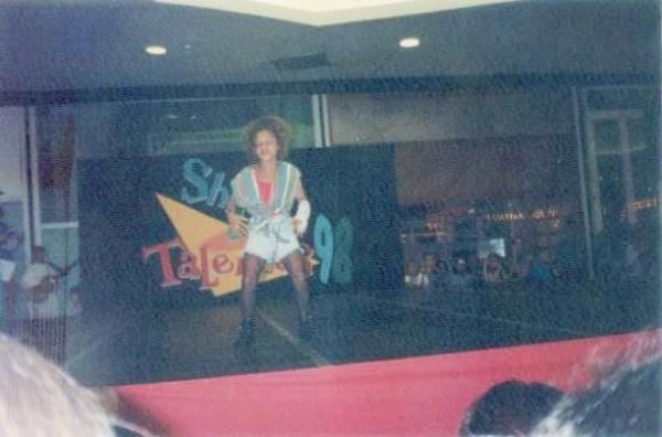 Janaina Cruz faz dublagem em show de talentos em Joinville (Foto: Arquivo pessoal/Janaina Cruz)