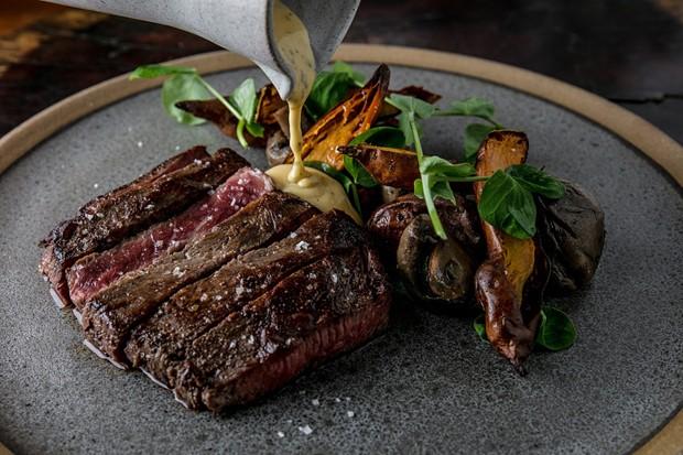 Steak com cogumelos defumados do Puro (Foto: Divulgação)
