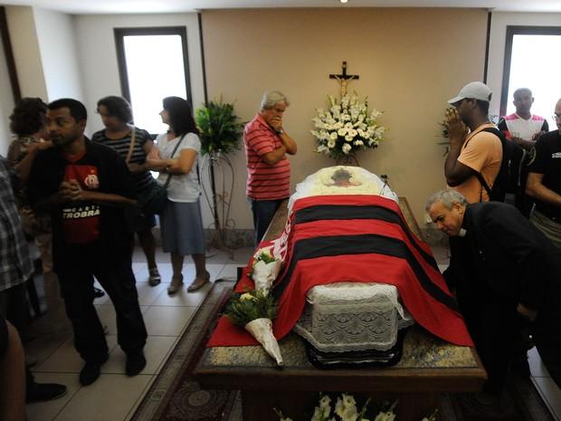 O corpo do cinegrafista Santiago Andrade e velado no Memorial do Carmo, na zona central do Rio, com uma bandeira do Flamengo cobrindo seu caixão. (Foto: Tânia Rêgo/Agência Brasil)