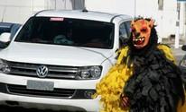 Grupo usa fantasias de bobo para pedir dinheiro em semáforo de Maceió (Waldson Costa / G1)