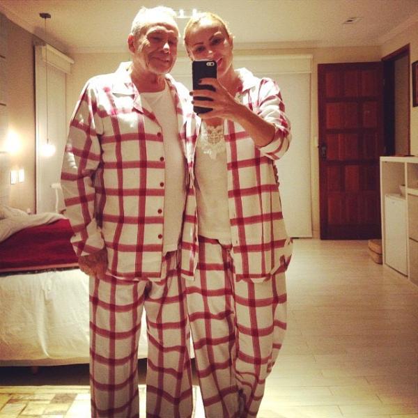 Stênio Garcia e a mulher, Marilene Saade, posam com pijamas iguais (Foto: Reprodução/Instagram)