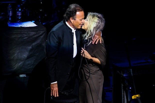 Julio Iglesias e Luiza Possi (Foto: Manuela Scarpa/Photo Rio News)