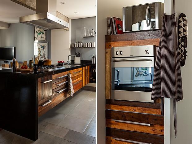 A área da cozinha é definida pelo piso de cerâmica Bauhaus, 45 x 45 cm, da Portobello. As portas e as gavetas são de madeira de demolição, da Empório dos Dormentes. Torneira da Grohe. Acessórios de inox comprados no exterior. Panela e chaleira da Zwilling (Foto: Edu Castello/Casa e Jardim)