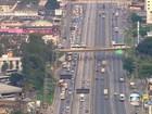 Motorista enfrenta tráfego quase  parado na Via Dutra, no RJ