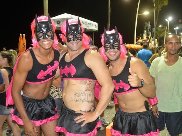 Amigos se vestem de Batman Rosa em Salvador (Foto: Diogo Macedo/ Ag. Haack)