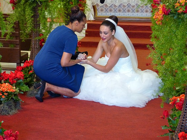 A noiva se consola com a mãe, Aurélia, mesmo depois de desprezá-la (Foto: Carolina Morgado / Alto Astral)