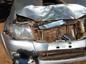 Após batida, carro oficial ficou com a parte da frente destruída (Foto: Info Rondônia/ Reprodução)