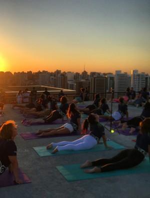 Aula de yoga Fortaleza Praia de Iracema (Foto: Divulgação)