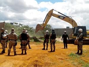 Policiais atuam durante derrubada no condomínio Coopervile, em Taguatinga, no DF (Foto: Jéssica Simabuku/G1)