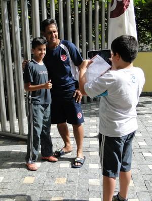 Técnico do Taiti, Eddy Etaeta, posa para fotos em Belo Horizonte (Foto: Valeska Silva / Globoesporte.com)