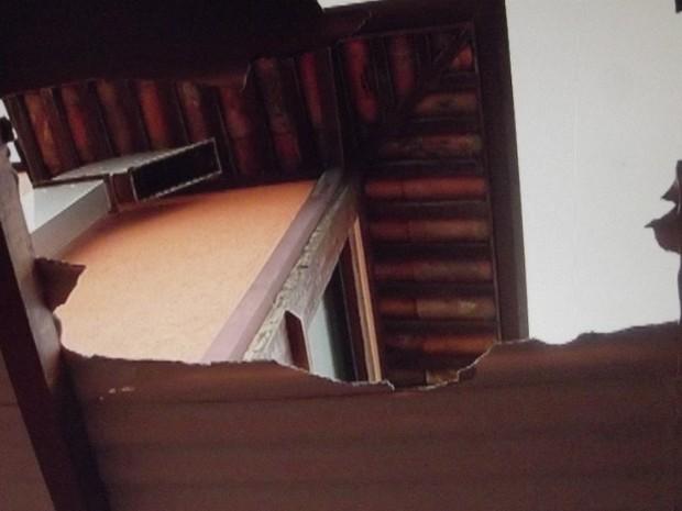 Buraco no telhado mostra o local onde o turista americano pulou do segundo andar (Foto: Reprodução/Inter TV)