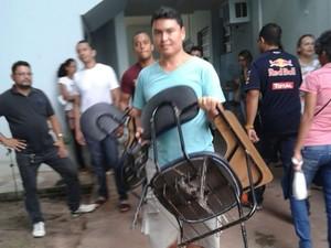Candidatos carregaram cadeiras para o outro prédio da Uepa (Foto: Karla Lima/G1)