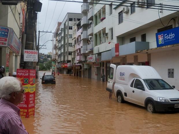 Durante a madrugada desta terça-feira (24), o nível do Rio Doce voltou a subir, em Colatina, Espírito Santo. (Foto: Noêmia Martins de Carvalho da Cunha / VC no G1)