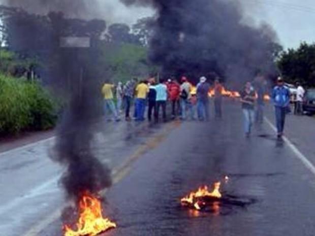 Manifestantes do MST bloqueiam BR-153 durante protesto próximo a Rialma, Goiás (Foto: Divulgação/PRF)