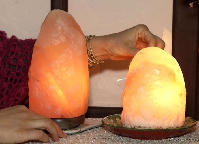 Luminária é feita de sal rosa (Foto: Rio Sul Revista)