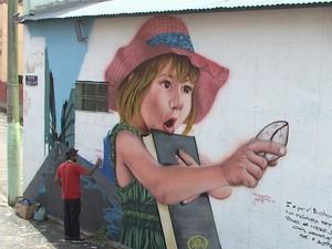 Grafites passam a enfeitar muros que estavam pichados (Foto: Carlos Cazelato / EPTV)