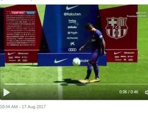 Post de torcedor mostrando Paulinho fazendo embaixadinha na apresentação ao Barcelona (Foto: Reprodução de Twitter)