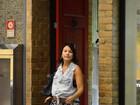 Na reta final de gravidez, Juliana Knust passeia em shopping