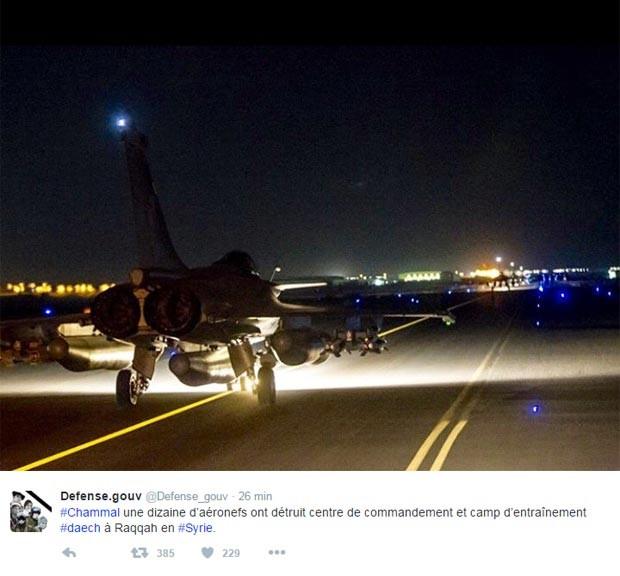 Ministério da Defesa da França diz que os dois alvos foram atingidos e destruídos. (Foto: Divulgação/Ministério da Defesa/Twitter)