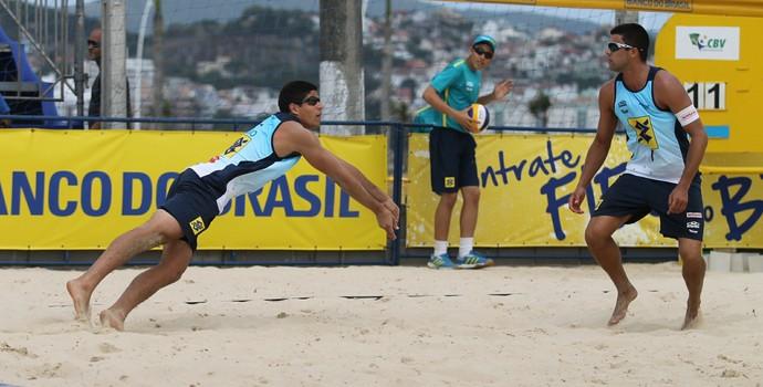 Vitor Felipe e Alvaro Filho seguem invictos na etapa de São José do Circuito Brasileiro de Vôlei de Praia (Foto: Paulo Franck/Divulgação CBV)