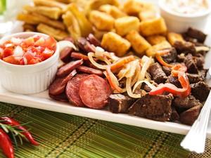 Porção mista com carne de sol equeijo coalho e mandioca frita, da Casa do Norte. (Foto: Photo5/Divulgação)