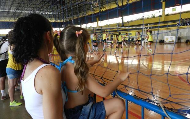 Spencer Lee, técnico do Praia Clube, com a filha Emylee (Foto: Caroline Aleixo)