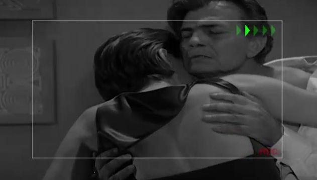 Carlito filma Csar e Leda se beijando (Foto: Reproduo/viva)