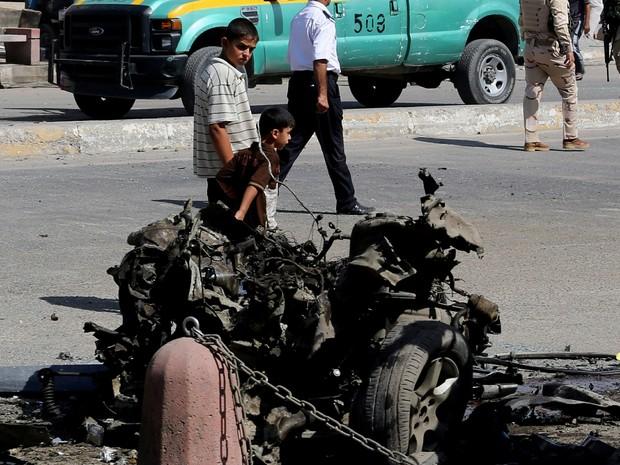 Atentados simultâneos matam dezenas no Iraque (Foto: AP)