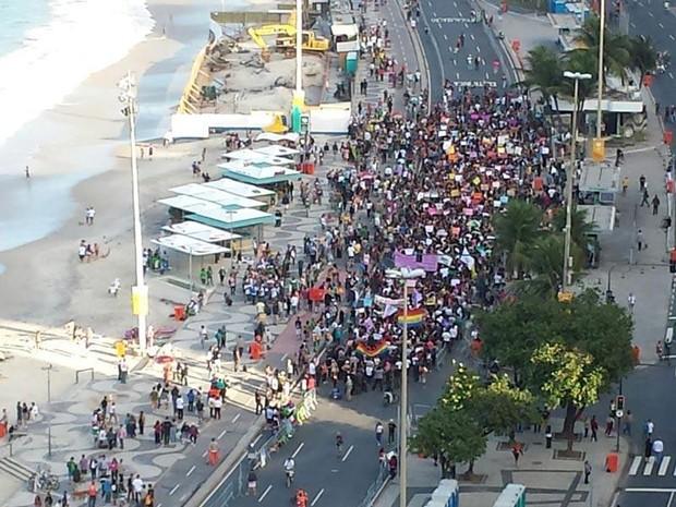 Cerca de mil pessoas caminharam pela orla do Rio neste sábado (Foto: Reprodução/TV Globo)