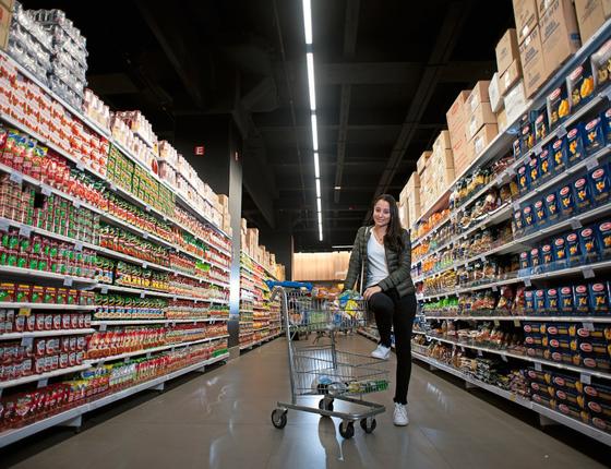 Ana Paula Costa no supermercado.Ela diz que começou apenas olhando as calorias dos alimentos (Foto: Emiliano Capozoli/ÉPOCA)